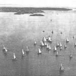 Au temps de la voile, jusqu'à 200 bateaux draguaient d'octobre à mai sur les bancs de coquilles de la rade de Brest (au fond, la pointe de l'Armorique et l'île Ronde).