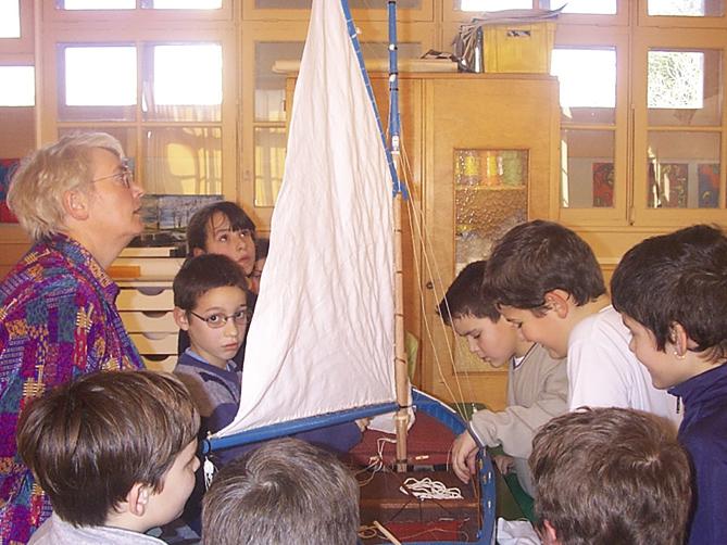 Animation de sensibilisation au patrimoine maritime dans les écoles : présentation de la maquette de la Bergère de Domrémy aux élèves